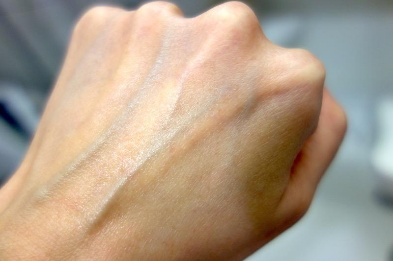サッと簡単、手を汚さずぬれる!画期的な日焼け止め「AHC 日焼け止めスティック」